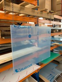Mobile Plexiglasschutzwand zum Abhängen